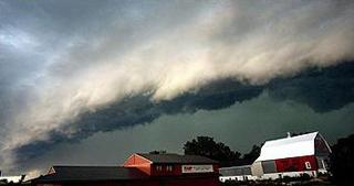 A shelf cloud along the leading edge of a derecho photographed in Minnesota