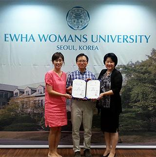Sang-Seok is presented a folio from two representatives of Ewha