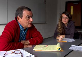 Horacio Castellanos discusses fiction-writing techniques with students in his Spanish-language short story workshop; Marionna Betriu Roure takes notes.
