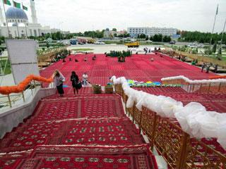 red turkmen carpets