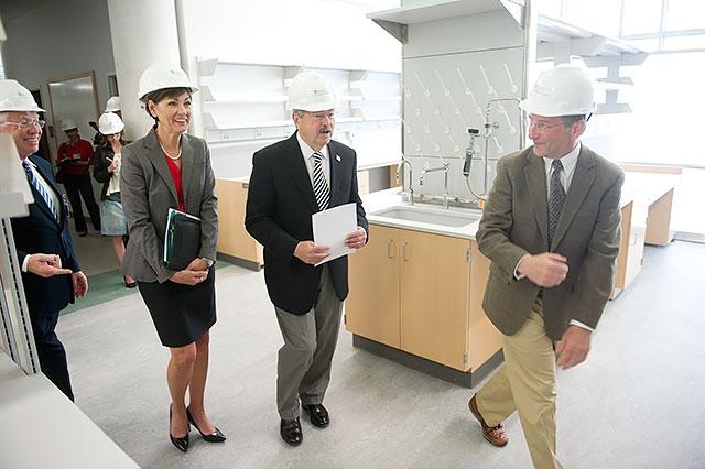 Gov. Terry Branstad gets a tour of the John and Mary Pappajohn Biomedical Discovery Building