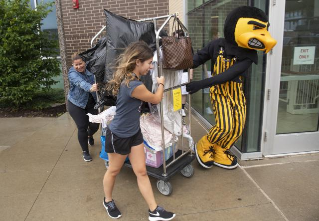 herky helps students move in