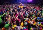 herky crowdsurfs